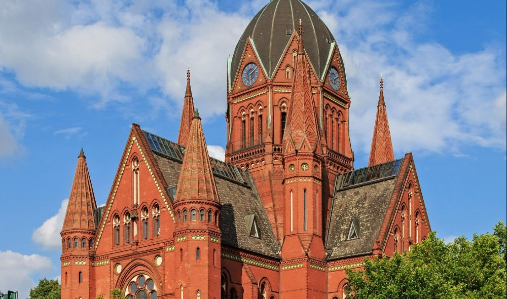 Berlins schöne Heilig-Kreuz-Kirche hat jetzt Konzerte klassischer Musik bei Kerzenlicht